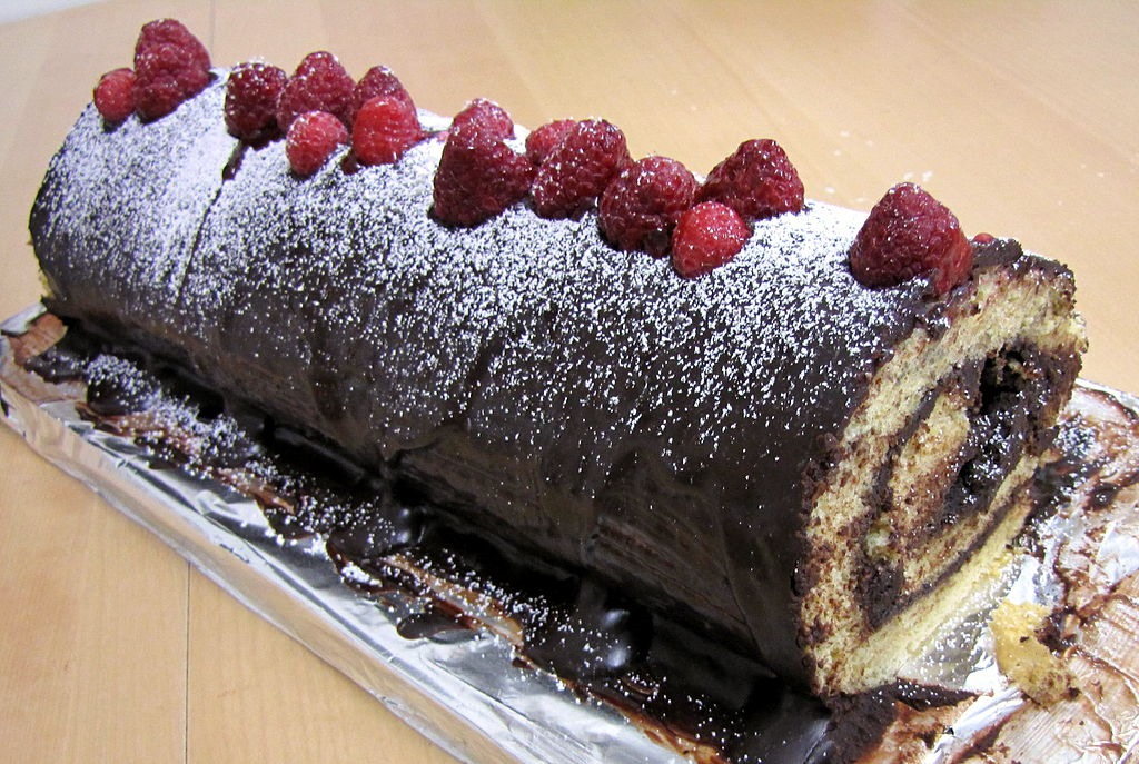 How To Decorate A Yule Log Cake